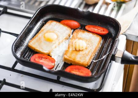 Uovo fritto in padella Foto Stock
