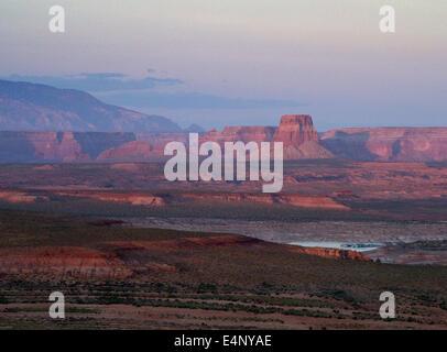 Formazioni di roccia sopra il lago Powell al tramonto vicino page Arizona USA