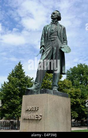 Statua di Josef Manes, pittore eletto nel giardino presso la sala concerti Rudolfinum, Praga, Repubblica Ceca.