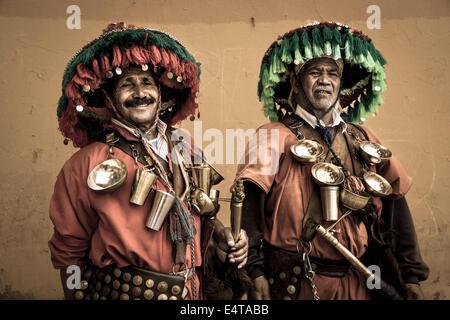 Due venditori di acqua nella città marocchina di Marrakech Foto Stock