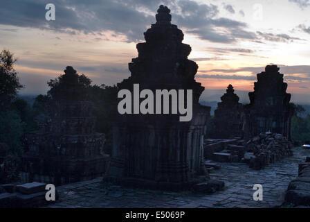 Phnom Bakheng Temple. Sunrise. Phnom Bakheng è uno dei 4 colli che si distingue la zona di Angkor. Re Yasovarman I. bui