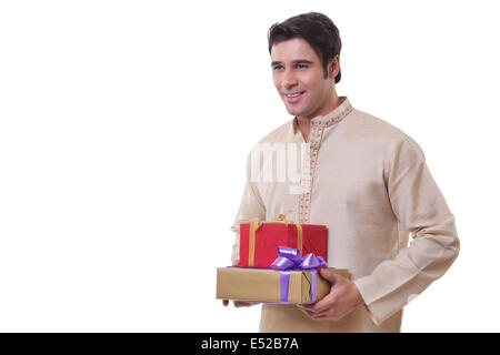 Uomo in Bengali holding doni Foto Stock