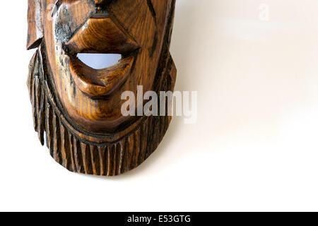 In legno maschera africana su un foglio di carta bianca Foto Stock