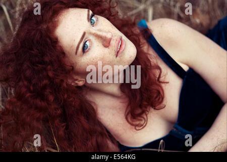 Ritratto di giovane donna che guarda la fotocamera Foto Stock