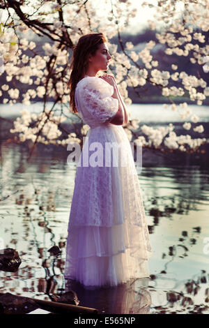 Ritratto di una giovane donna con fiori di ciliegio Foto Stock