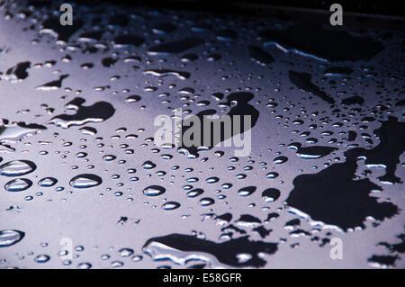 Acqua raccolto su un barbecue dopo una forte pioggia caduta Foto Stock