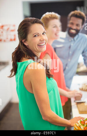 Donna che ride a parte Foto Stock