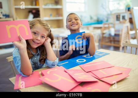 Gli studenti titolari di lettere in aula Foto Stock