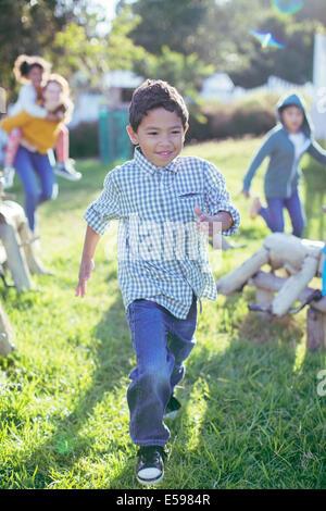 Ragazzo camminando in erba all'aperto Foto Stock
