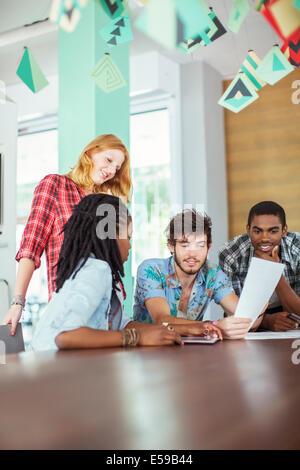 Conversazione tra persone in riunione Foto Stock