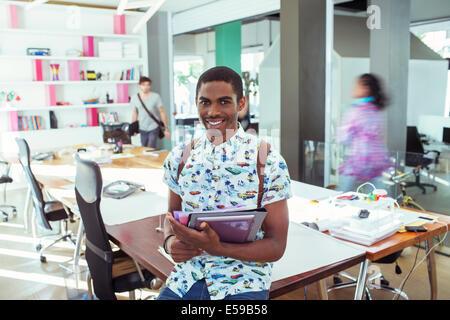 Persone sorridenti al tavolo da conferenza in Office Foto Stock