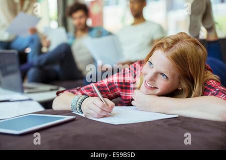 Donna iscritto in office Foto Stock