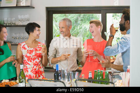 Gli amici di ridere insieme a parte Foto Stock