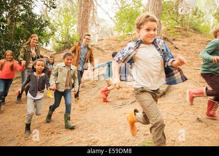 I bambini in esecuzione nella foresta Foto Stock
