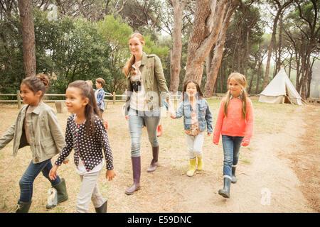 Studenti e docenti a piedi sul percorso di sporcizia Foto Stock