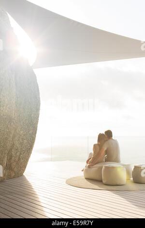 Giovane rilassante insieme sul moderno balcone Foto Stock