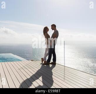 Matura sul moderno balcone con vista oceano Foto Stock