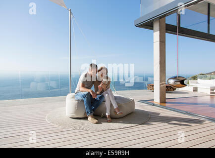 Giovane con tavoletta digitale sul moderno balcone Foto Stock