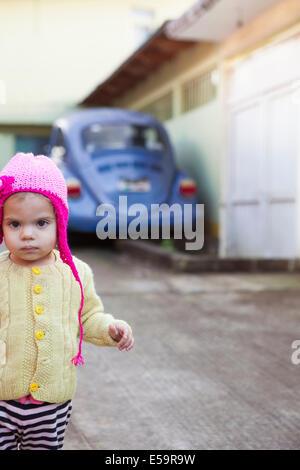 Ragazza indossando Berretto in maglia all'aperto Foto Stock