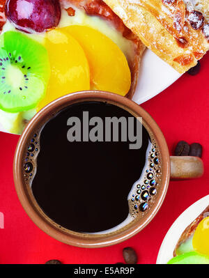 Tazza di caffè e torte alla frutta Foto Stock