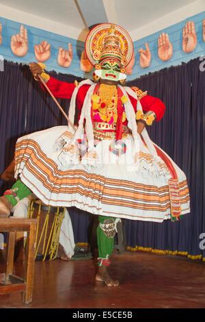 Gli attori in Kerala la classica dance-drama chiamato Kathakali indossano accurati costumi e copricapo nonché speciali Foto Stock