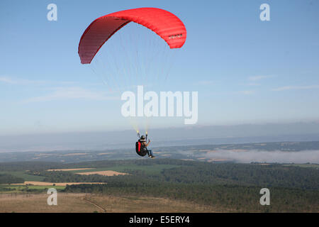 Francia, Bretagne, finistere sud, menez hom, paysage, panorama, depuis le sommet, parapente, loisirs aeronautiques, vol libre,