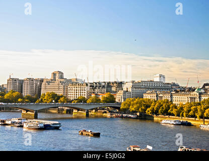 Vista del fiume Tamigi che mostra Waterloo Bridge e Shell Mex House, London, England, Regno Unito Foto Stock