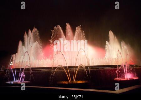 La Fontana Magica di Montjuic, situato al di sotto del Palau Nacional sulla collina di Montjuic e Barcellona di Foto Stock