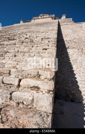 A Zig Zag ombra che conduce al tempio. Le scale conducono alla sommità della piramide Adivino cast a zig zag sulla Foto Stock