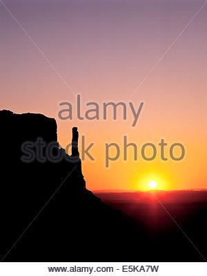 Sunrise dietro il west mitten butte nella Monument Valley, un parco tribale Navajo nella Riserva Navajo in Arizona Foto Stock