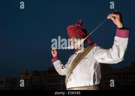 Uomo locale è orgogliosa di presentare il suo lungo i baffi, Rajput di persone, Jaipur, Rajasthan, India Foto Stock
