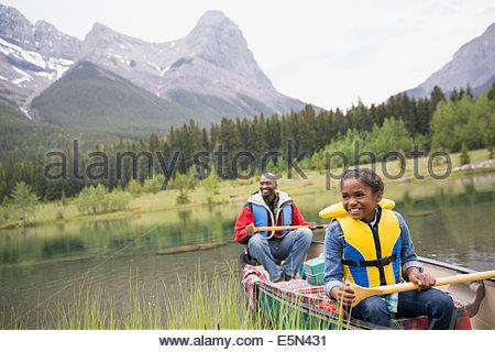 Padre e figlia canottaggio nel lago Foto Stock
