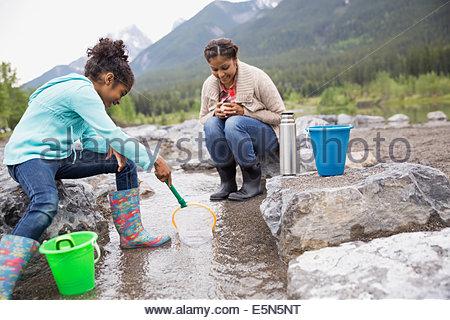 Madre e figlia di pesca in corrente Foto Stock