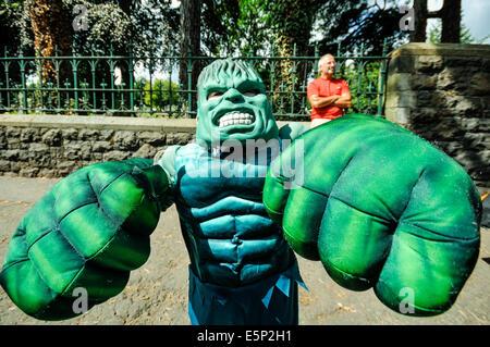 Belfast, Irlanda del Nord. Il 3° agosto 2014. Un ragazzo giovane vestito come 'l'Hulk' durante la Feile un Phobail Foto Stock