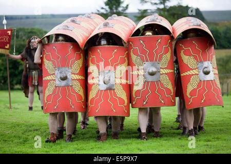 Soldati romani in formazione con scudi e armi a un for Cucina tipica romana