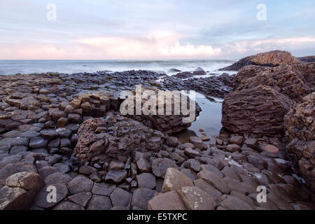 Sunrise al Giants Causeway, Irlanda del Nord Foto Stock