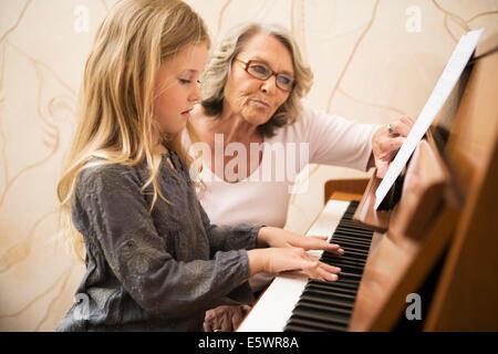 Nonna nipote di insegnamento pianoforte Foto Stock