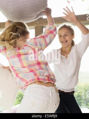Due sorelle di lotta a cuscino Foto Stock