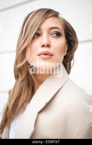 Donna che guarda in distanza Foto Stock