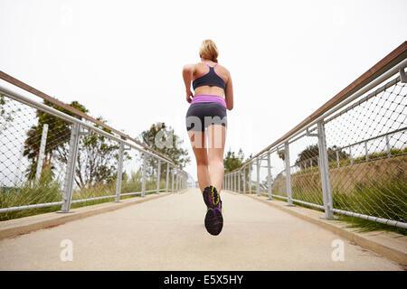 La donna in esecuzione sul ponte Foto Stock