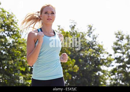 Donna in corsa in posizione di parcheggio
