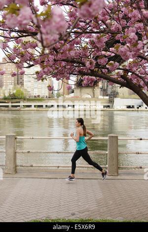 Giovani femmine runner in esecuzione sul lungomare della città Foto Stock