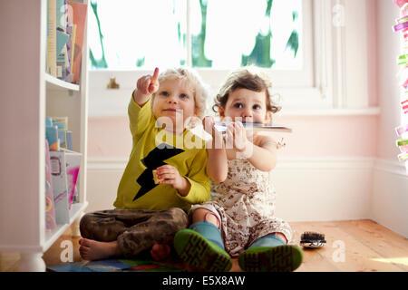 Maschio e femmina amici bimbi di puntamento e di ricerca Foto Stock