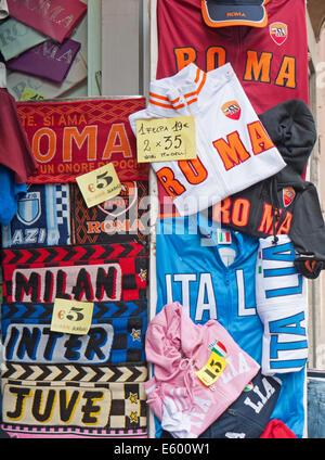 Calcio italiano sciarpe e felpe nella vetrina di un negozio. Foto Stock