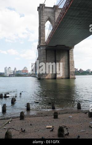 Un formata naturalmente Beach si trova sotto il ponte di Brooklyn sul lato di Manhattan della East River in New Foto Stock