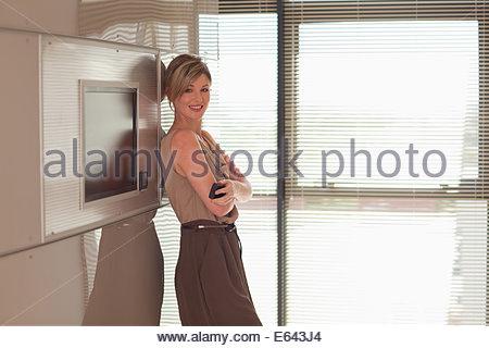 Ritratto di imprenditrice sorridente con le braccia incrociate Foto Stock
