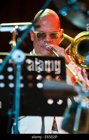Musica dal vivo trombonista con tubi allentati 21-pezzo big band sul palco a Brecon Jazz Festival 2014 Foto Stock