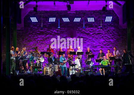 Musica dal vivo tubi allentati 21-pezzo big band sul palco a Brecon Jazz Festival 2014 Foto Stock