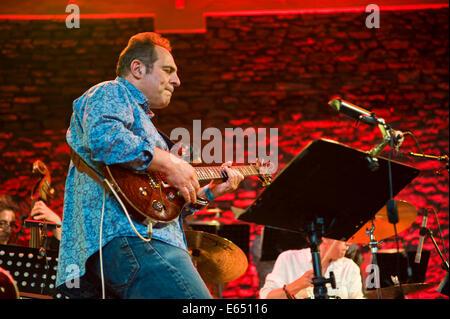 Musica dal vivo il chitarrista con tubi allentati 21-pezzo big band sul palco a Brecon Jazz Festival 2014 Foto Stock