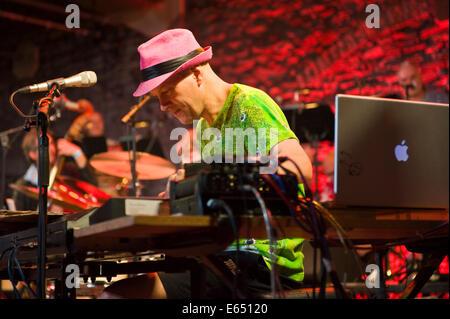 Musica dal vivo la tastiera con lettore di tubi allentati 21-pezzo big band sul palco a Brecon Jazz Festival 2014 Foto Stock